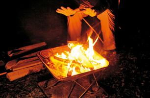 焚火の炎で暖をとる_005